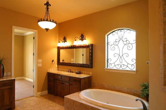 освещение ванной в теплых тонах
