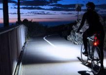 включенная велофара ночью